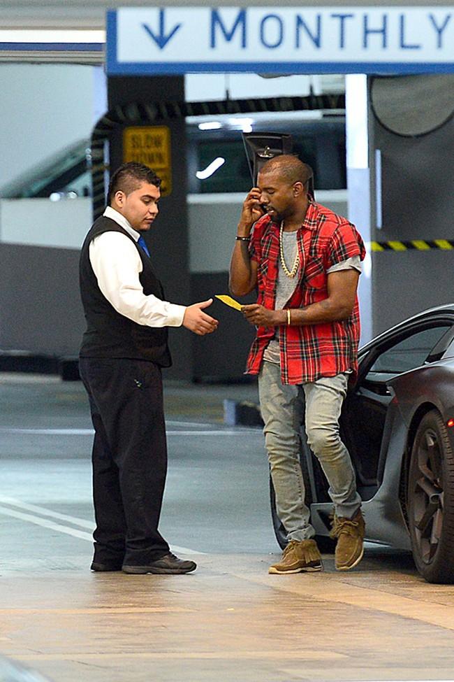Kanye West arrive pour déjeuner avec son père dans un restaurant de Los Angeles le 12 octobre 2012