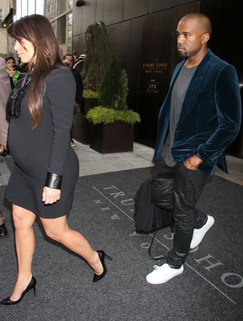 Kim Kardashian et Kanye West sortant de leur hôtel à New York, le 23 avril 2013.