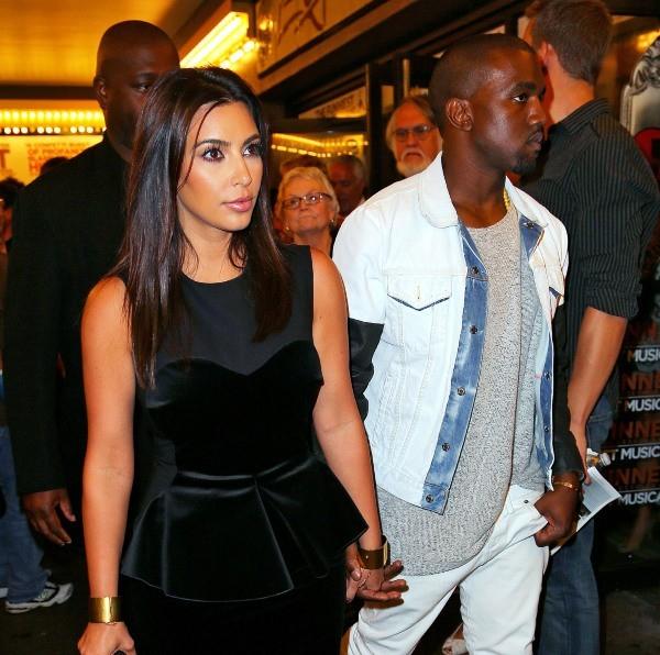 """Kim Kardashian et Kanye West sortant de la comédie musicale """"The Book of Mormon"""" à New York, le 28 juillet 2012."""