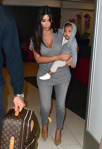 Kim Kardashian et sa fille à l'aéroport de Los Angeles le 10 août 2014