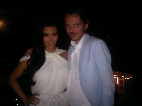 Kim pose avec Matthew Williamson en coulisse ...