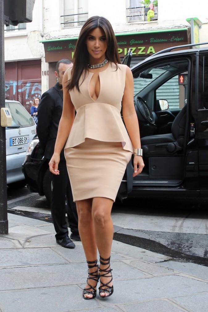 Kim Kardashian en plein shopping à Paris, le 20 juin 2012.