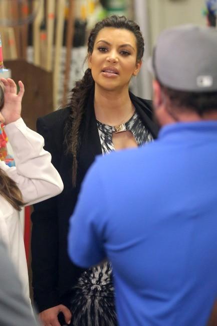 Kim Kardashian en plein shopping à Encino, le 30 mai 2013.