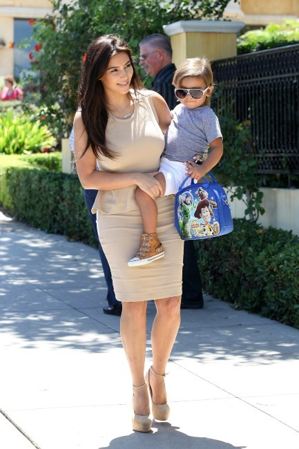 Kim Kardashian et son neveu Mason à Calabasas, le 5 août 2012.