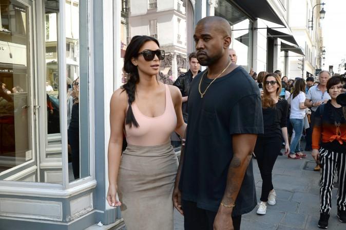 Photos : Kim Kardashian : la future mariée aurait-elle oublié son soutien-gorge à Los Angeles ?