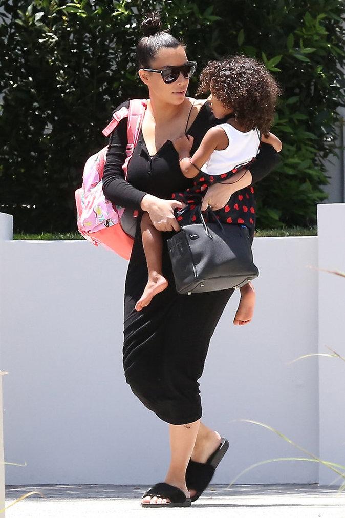 Kim Kardashian, une chaleur torride et une robe toute noire !