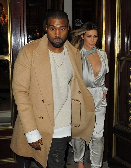 Kanye West et Kim Kardashian à la sortie de l'hôtel parisien Le Meurice le 21 janvier 2014