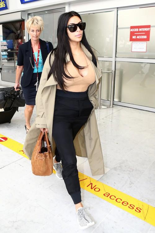 Photos : Kim Kardashian, les seins toujours à l'air pour son arrivée à Nice !