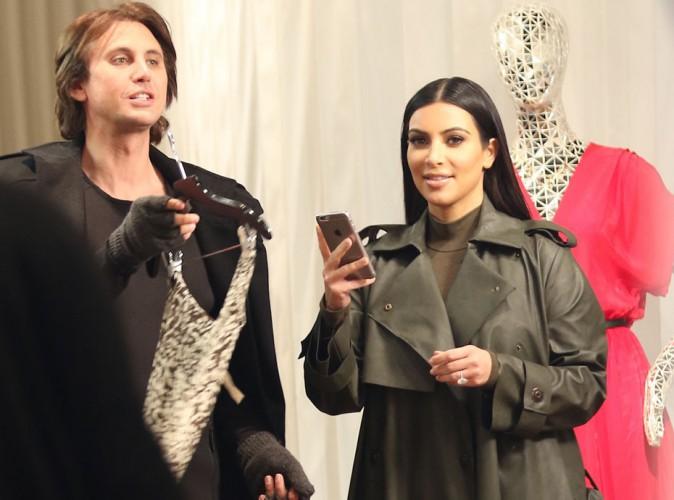 Kim Kardashian : look kaki pour une expédition shopping avec son BFF !