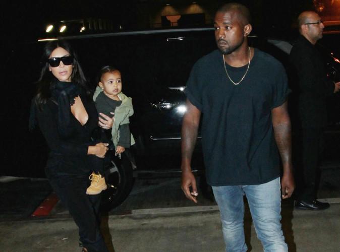 Kim Kardashian : look noir et décolleté pour un nouveau voyage avec Kanye et North !