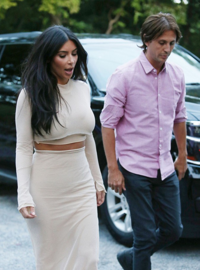 """Photos : Kim Kardashian : look nude et crop-top pour la """"sexy mama"""" en virée avec Khloe, Scott et son BFF !"""