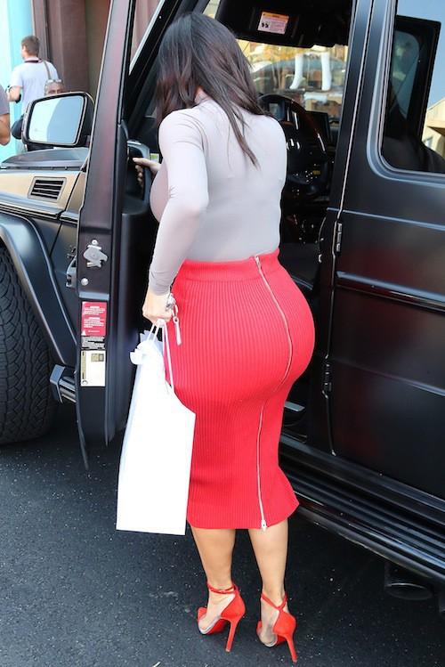 Kim Kardashian fait un détour shopping entre deux scènes de sa téléréalité à Los Angeles, le 20 octobre 2014