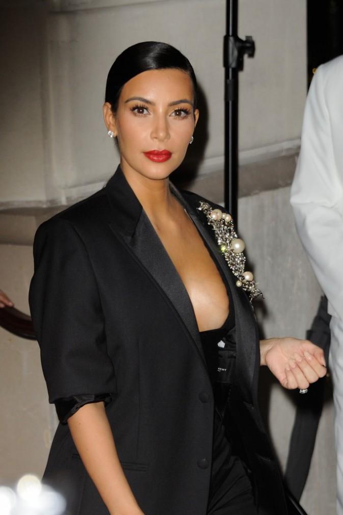 Photos : Kim Kardashian : maxi décolleté et cheveux plaqués, elle met le paquet pour Carine Roitfeld !