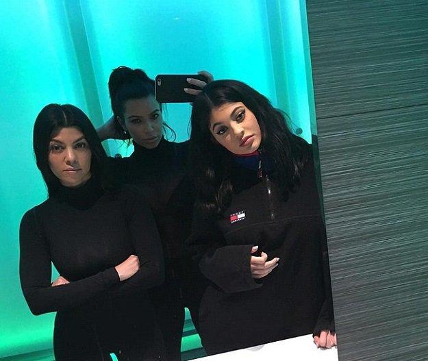 Kim Kardashian à un visage figé pour poser avec ses sœurs !