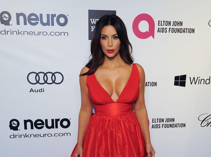 Photos : Kim Kardashian : métamorphosée avec des lunettes de vue et des cheveux frisés !