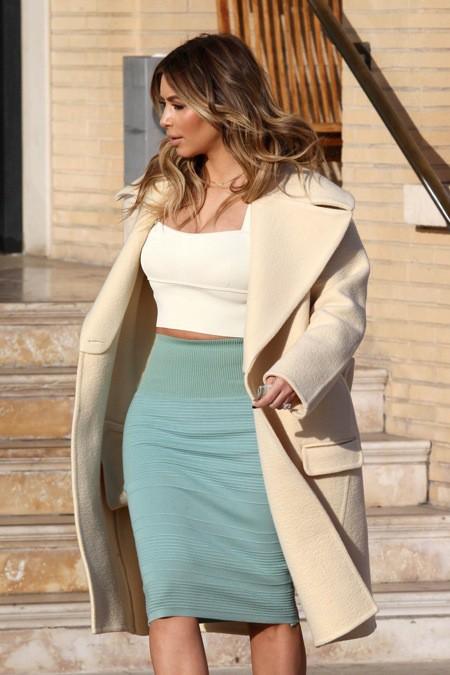 Photos : Kim Kardashian : moins téméraire que devant un miroir, la bimbo opte pour une tenue ultra-chic en ville!