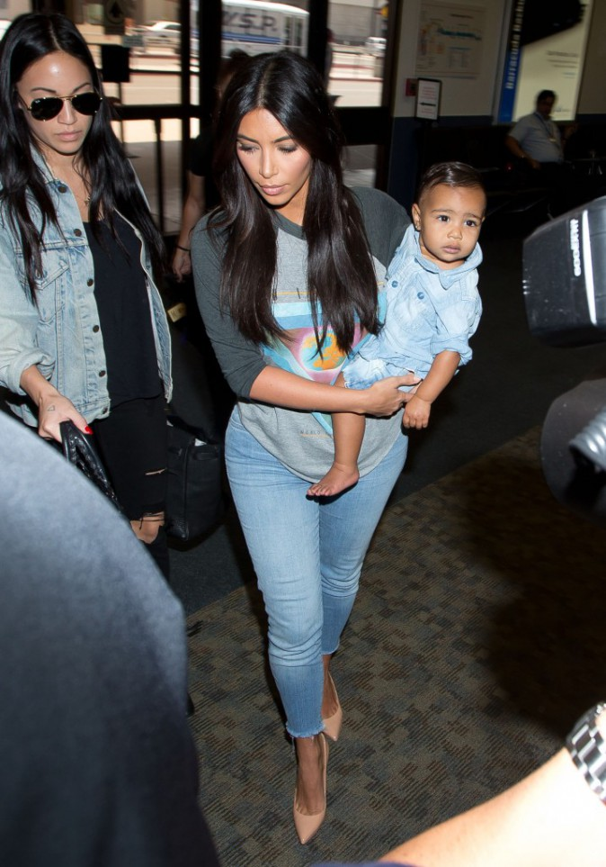 Photos : Kim Kardashian : North West, absolument craquante et stylée dans les bras de sa maman !