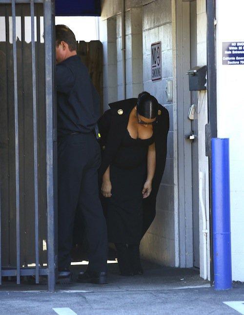 Photos : Kim Kardashian : poitrine XXL, elle tire sa révérence à Kris Jenner !