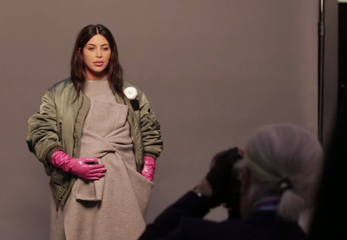 Photos : Kim Kardashian : pour Karl Lagerfeld, elle n'a pas hésité à tomber le haut pendant sa grossesse !