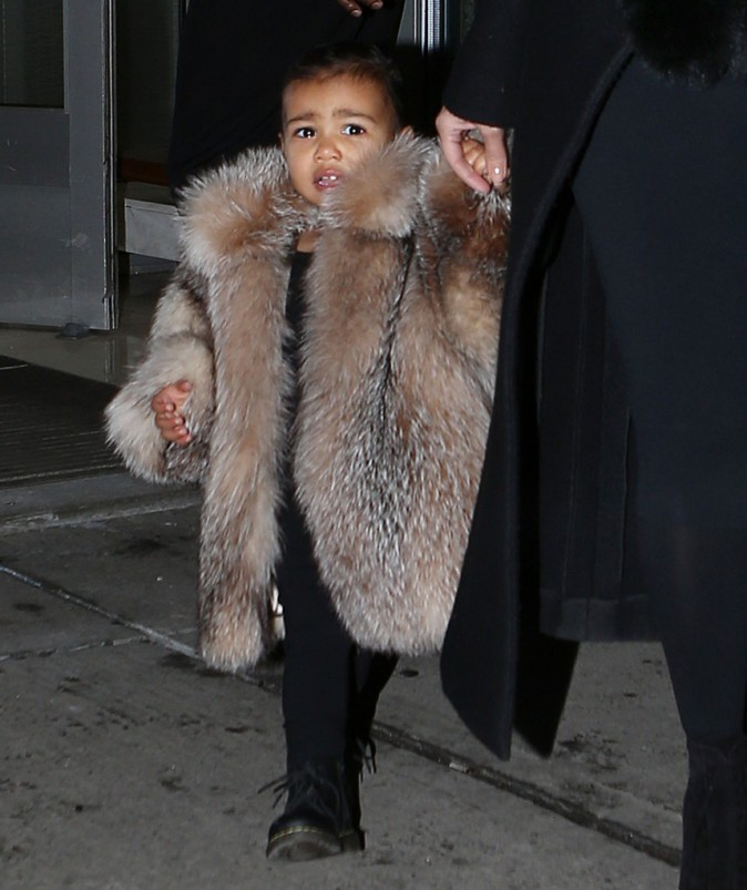North West avec son manteau de fourrure