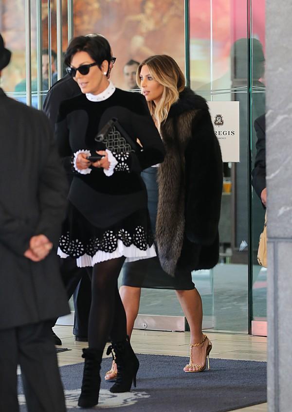 Kim Kardashian avec sa maman Kris Jenner à la sortie de son hôtel de San Francisco le 22 octobre 2013