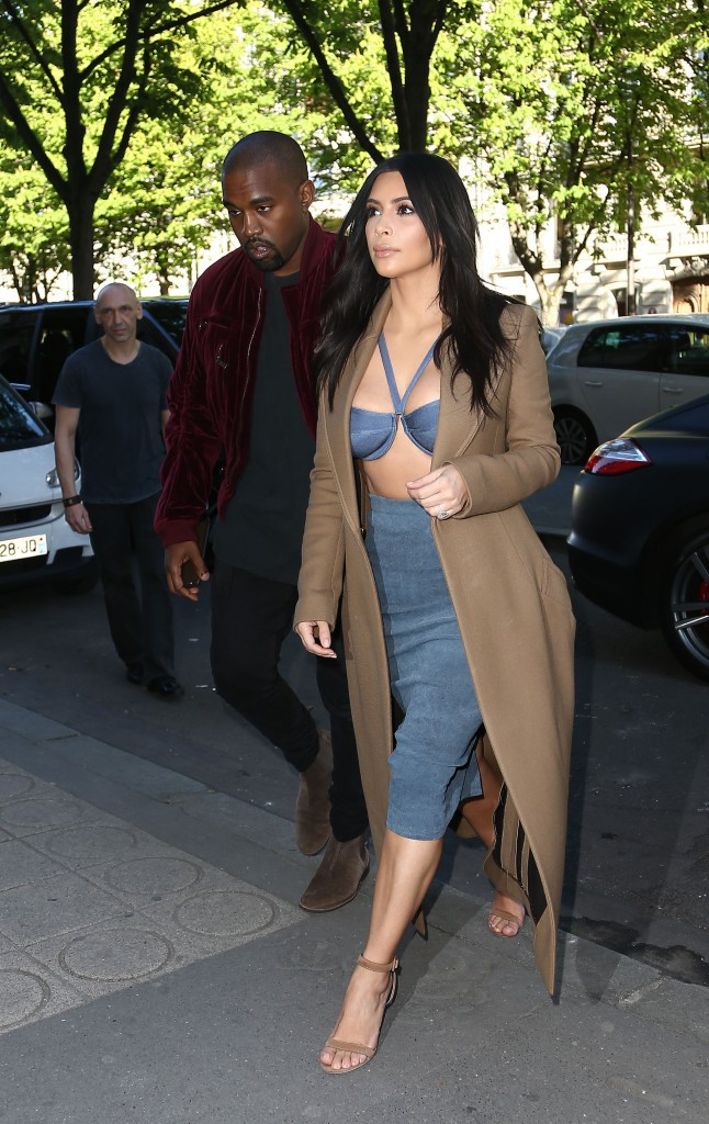 Photos : Kim Kardashian s'exhibe à Paris, entourée de ses cousines !