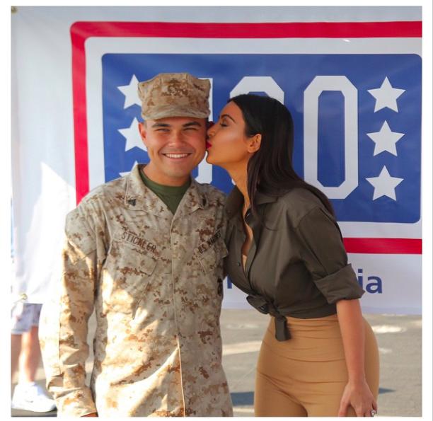 Kim Kardashian : selfie avec l'armée américaine !
