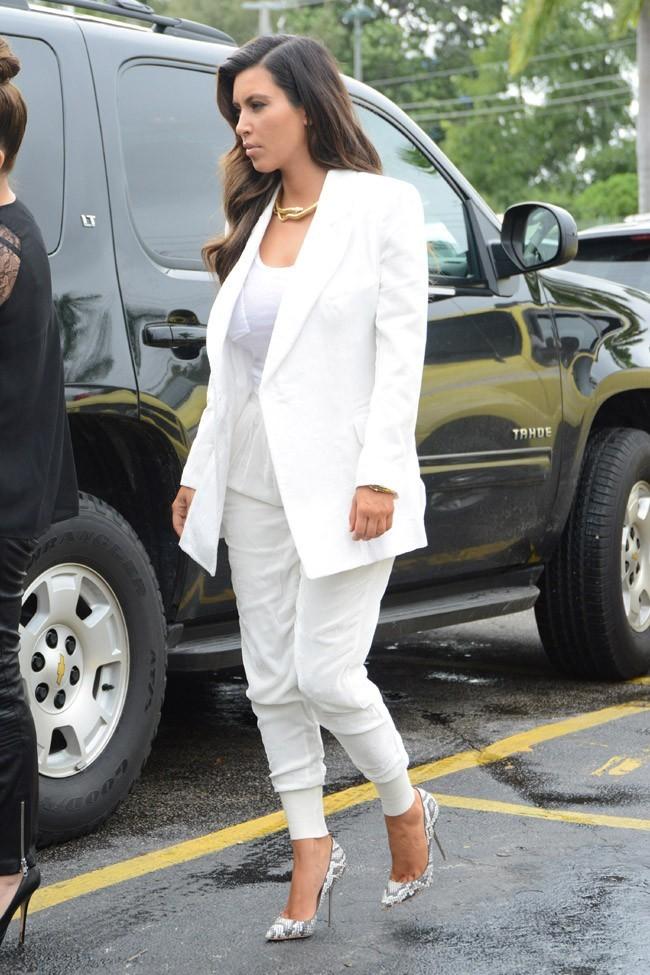 Kim et Kourtney Kardashian dans un supermarché de Miami le 26 octobre 2012 à Miami