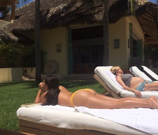 Photos : Kim Kardashian : topless et généreux fessier bien en vue, elle fait grimper la température !