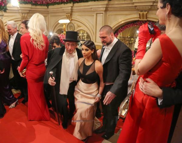 Kim Kardashian et Richard Lugner lors du bal de l'Opéra de vienne, le 27 février 2014.