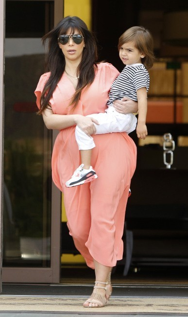 Kim Kardashian et son neveu Mason sortant de la messe à Sherman Oaks, le 7 avril 2013.