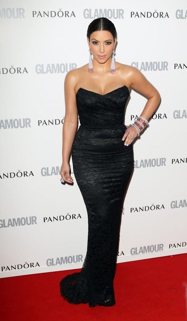 Kim Kardashian dans une élégante robe noire...