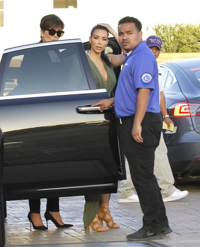 Photos : Kim Kardashian : une poule aux oeufs d'or toujours aussi moulée pour Pâques, Rob fait marche arrière !