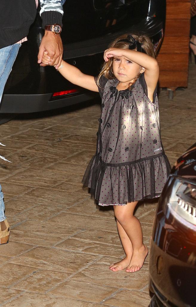 Penelope marche pieds nus devant le restaurant