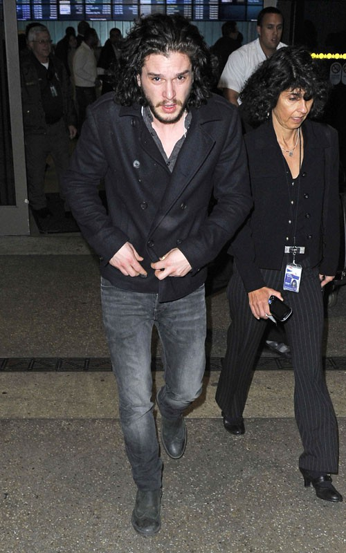 Kit Harrington arrive à l'aéroport de Los Angeles