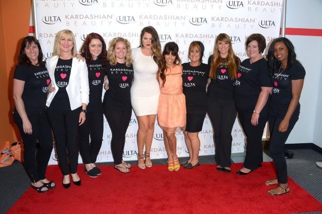"""Kourtney et Khloe Kardashian lors du lancement de leur ligne """"Kardashian Beauty"""" à Los Angeles, le 9 juin 2013."""