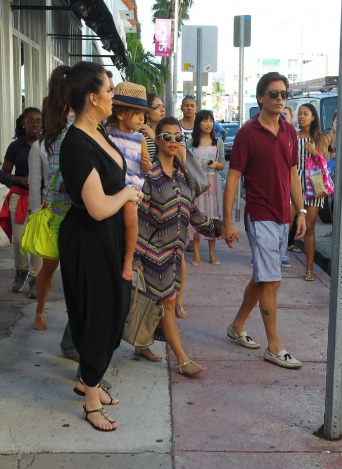 Kourtney et Khloe Kardashian en famille à Miami, le 19 septembre 2012.