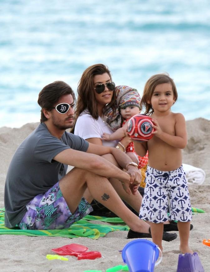 Kourtney Kardashian en famille sur une plage de Miami, le 26 novembre 2012.