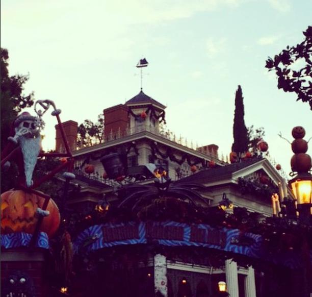 Kourtney Kardashian : elle retombe en enfance à Disneyland !