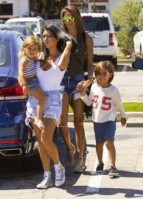 Photos : Kourtney Kardashian : la hot mama exclut un peu plus Scott Disick de sa vie !
