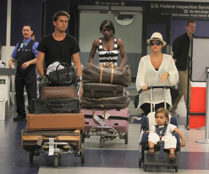 Kourtney Kardashian en famille à l'aéroport de LAX, le 18 aril 2012.