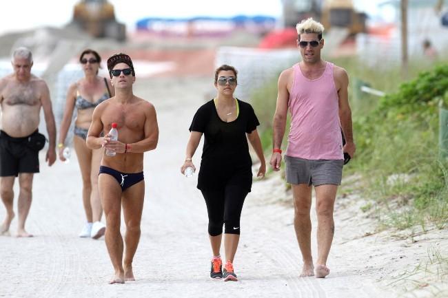 Kourtney Kardashian avec des amis sur la plage de Miami Beach, le 27 septembre 2012.