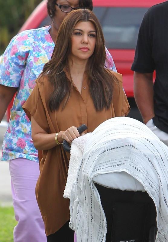 Kourtney Kardashian et sa fille Penelope à Miami, le 24 octobre 2012.