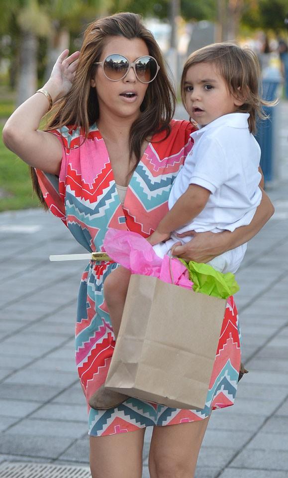 Kourtney Kardashian et son fils Mason à Miami le 16 août 2013