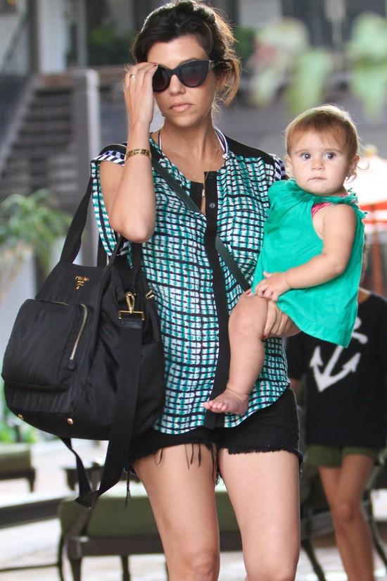 Kourtney Kardashian : une maman parfaitement lookée en compagnie de son boyfriend et de sa baby-girl ultra-néon !