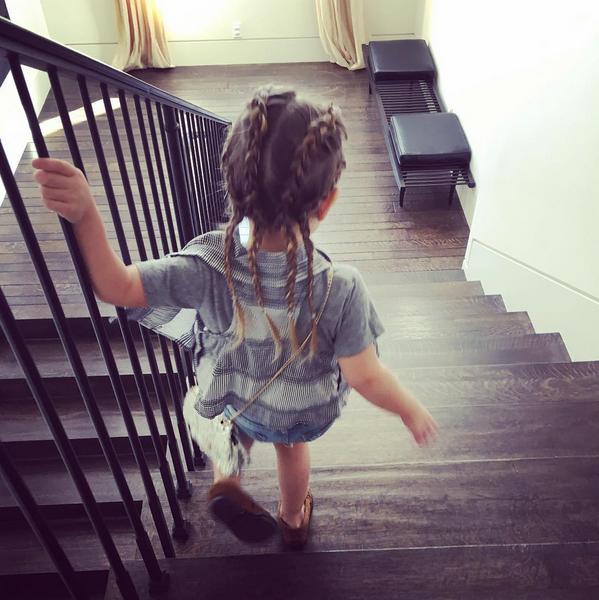 Photos : Kourtney Kardashian : une sexy maman gaga des tresses de sa Penelope!
