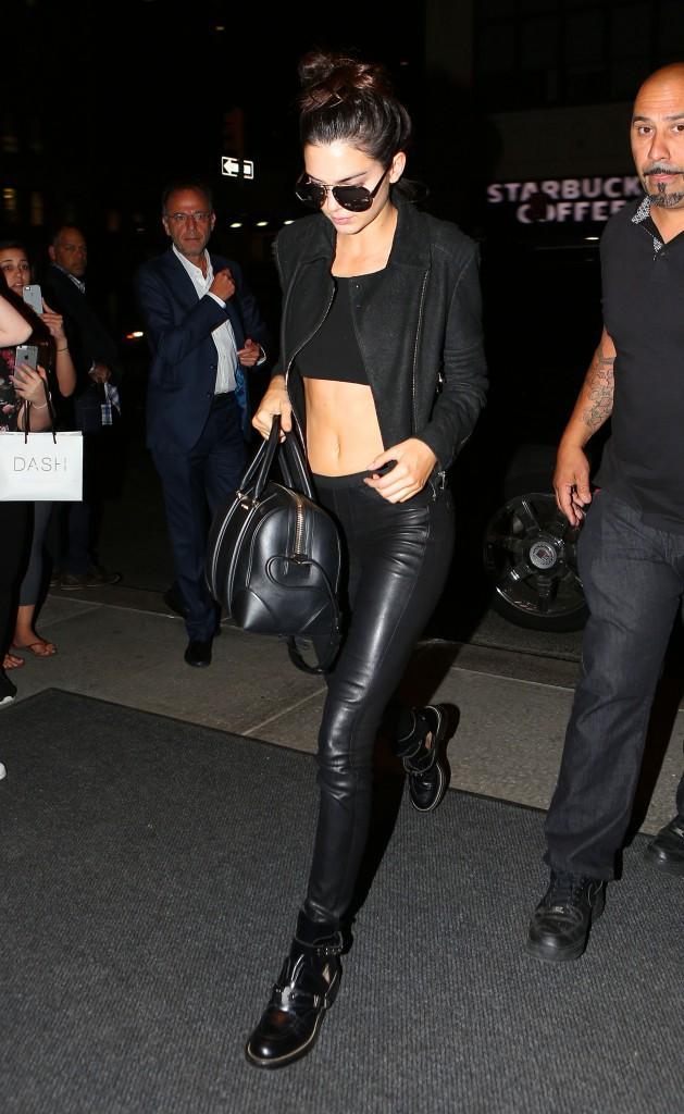 Photos : Kris Jenner copie Kim et s'éclate en soirée avec Kendall et ses copines !