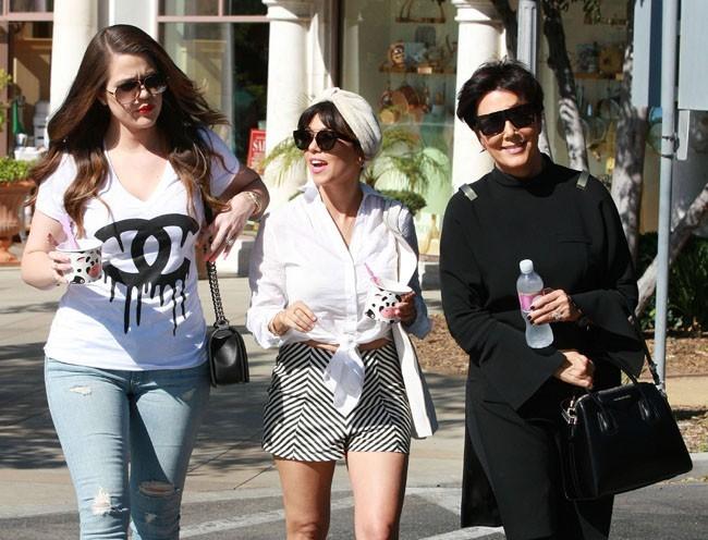 Khloé, Kourtney Kardashian et Kris Jenner à Calabasas le 18 juin 2013