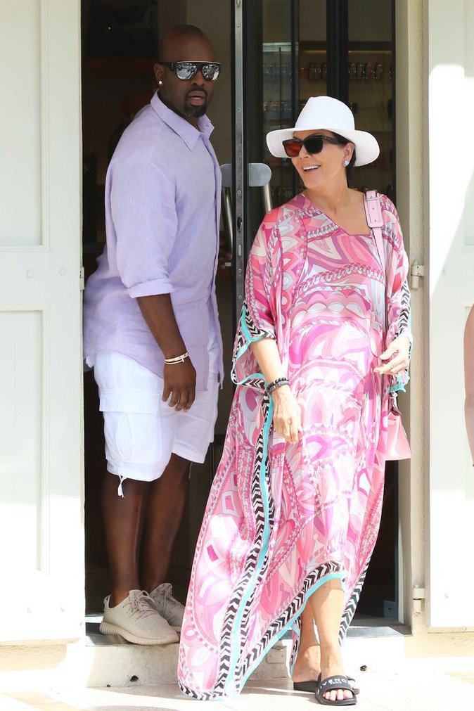 Photos : Kris Jenner : la momager rayonnante aux côtés de son toyboy !