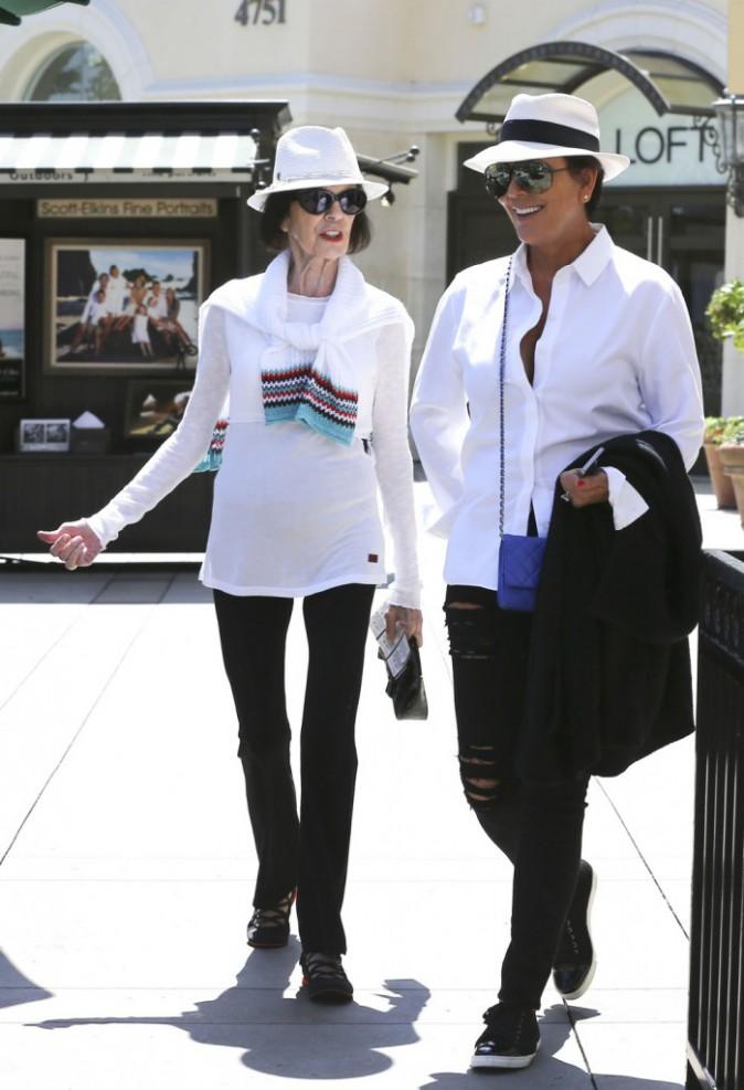 Photos : Kris Jenner : lunettes XXL, chapeau, jean destroy... une Momager top tendance aux côtés de sa maman !
